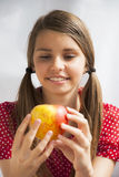 Tonårs- flicka med Apple Royaltyfria Bilder