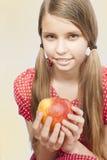 Tonårs- flicka med Apple Royaltyfri Fotografi