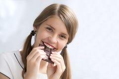 Tonårs- flicka med choklad Arkivfoton