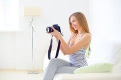 Tonårs- flicka med den digitala kameran Arkivbild