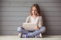 Tonårs- flicka med en grej fotografering för bildbyråer