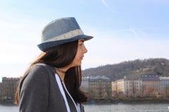 Tonårs- flicka med en hatt Arkivbilder
