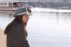Tonårs- flicka med en hatt Arkivfoton