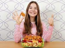 Tonårs- flicka med fega klumpar och tummar upp arkivfoto