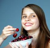 Tonårs- flicka med körsbär Royaltyfri Fotografi