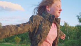 Tonårs- flicka med lång hårspring längs en bana i träna Flickakörningar längs ultrarapiden för skogbana arkivfilmer