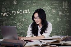 Tonårs- flicka med långt hår som studerar i grupp royaltyfri bild