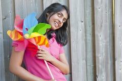 Tonårs- flicka med lilla solen Arkivfoton