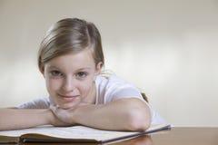 Tonårs- flicka med musikarket royaltyfria foton