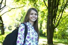 Tonårs- flicka med skolapåsen Arkivfoto