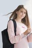 Tonårs- flicka med skolapåsen Royaltyfria Bilder
