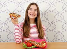 Tonårs- flicka med smörgåsar royaltyfri bild