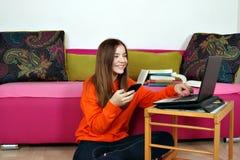 Tonårs- flicka med smartphonen och bärbara datorn royaltyfri bild