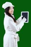 Tonårs- flicka med tabletdatoren arkivfoton
