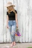 Tonårs- flicka med tusenskönabuketten royaltyfria foton