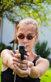 Tonårs- flicka med vapnet arkivfoton