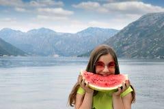 Tonårs- flicka med vattenmelon på sommarsemester royaltyfri fotografi