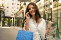 Tonårs- flicka, når att ha shoppat den gå hostaden och samtal på s arkivfoto