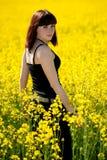 Tonårs- flicka på gult fält Royaltyfria Bilder