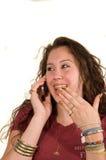 Tonårs- flicka på telefonen royaltyfri foto