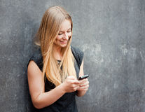 Tonårs- flicka som använder den smarta telefonen Arkivbilder