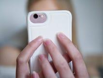 Tonårs- flicka som använder hennes smartphone royaltyfri fotografi