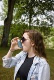 Tonårs- flicka som använder inhalatorståenden fotografering för bildbyråer