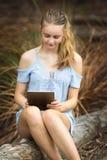 Tonårs- flicka som använder tableten arkivfoton