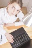 Tonårs- flicka som arbetar med bärbara datorn Royaltyfri Foto