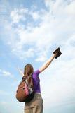 Tonårs- flicka som blir med lyftta händer Fotografering för Bildbyråer