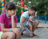 Tonårs- flicka som förargas med hennes familj royaltyfri fotografi