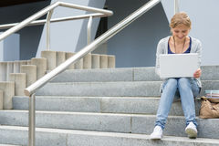 Tonårs- flicka som fungerar på henne bärbar datordatoren Royaltyfri Foto