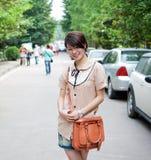 Tonårs- flicka som går i gatan Royaltyfria Bilder