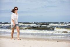 Tonårs- flicka som går på stranden Arkivbilder