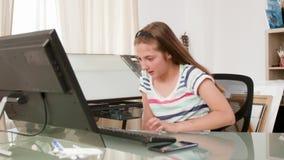Tonårs- flicka som gör en video appell på hennes dator stock video