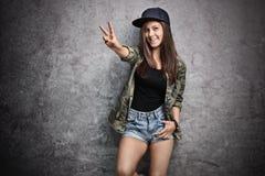 Tonårs- flicka som gör ett fredtecken med hennes hand Royaltyfria Foton