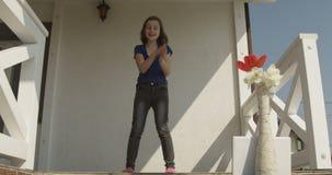 Ton?rs- flicka som g?r videoen av henne som framme dansar av kamera som ett Vlogger Sunny Day skott p? r?d kamera lager videofilmer