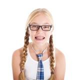 Tonårs- flicka som ha på sig en enhetlig skola och exponeringsglas. Le vända mot, stag på dina tänder. Arkivfoto