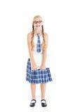Tonårs- flicka som ha på sig en enhetlig skola, och exponeringsglasinnehav en bärbar dator. Le vända mot, stag på dina tänder. Arkivbilder