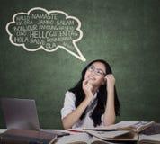 Tonårs- flicka som lär utländska språk arkivfoton