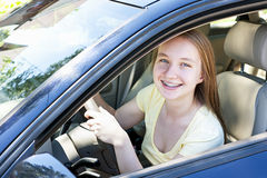 Tonårs- flicka som lärer att köra arkivfoto
