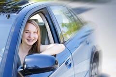 Tonårs- flicka som lärer att köra royaltyfri bild