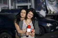 Tonårs- flicka som lärer nyheterna arkivfoto