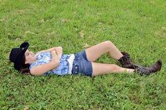 Tonårs- flicka som ligger i gräs fotografering för bildbyråer