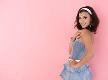 Tonårs- flicka som poserar över rosa le för bakgrund Royaltyfri Foto