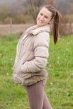 Tonårs- flicka som poserar i en äng Fotografering för Bildbyråer