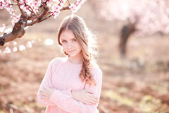 Tonårs- flicka som poserar i trädgård Arkivbild
