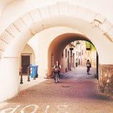 Tonårs- flicka som rider en cykel i gatorna av Arco, Italien Arkivfoton