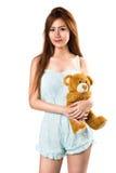 Tonårs- flicka som rymmer henne teddybear Arkivbild