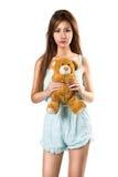 Tonårs- flicka som rymmer henne teddybear Arkivfoton